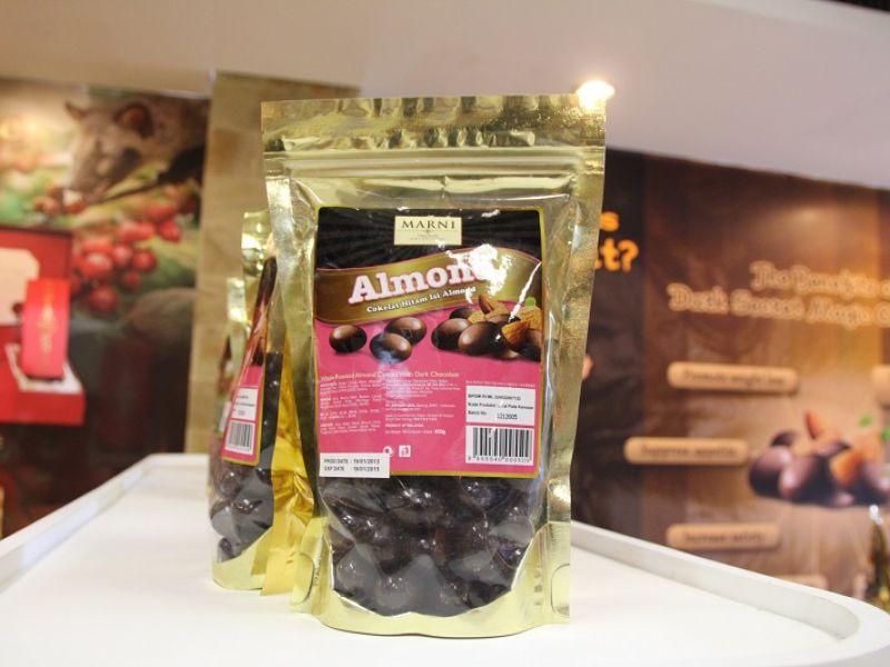 Almond Coklat Hitam isi Almond