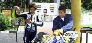 Valentino Rossi isi bensin dulu