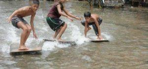 Anak-anak ini pasti pengennya tiap hari banjir