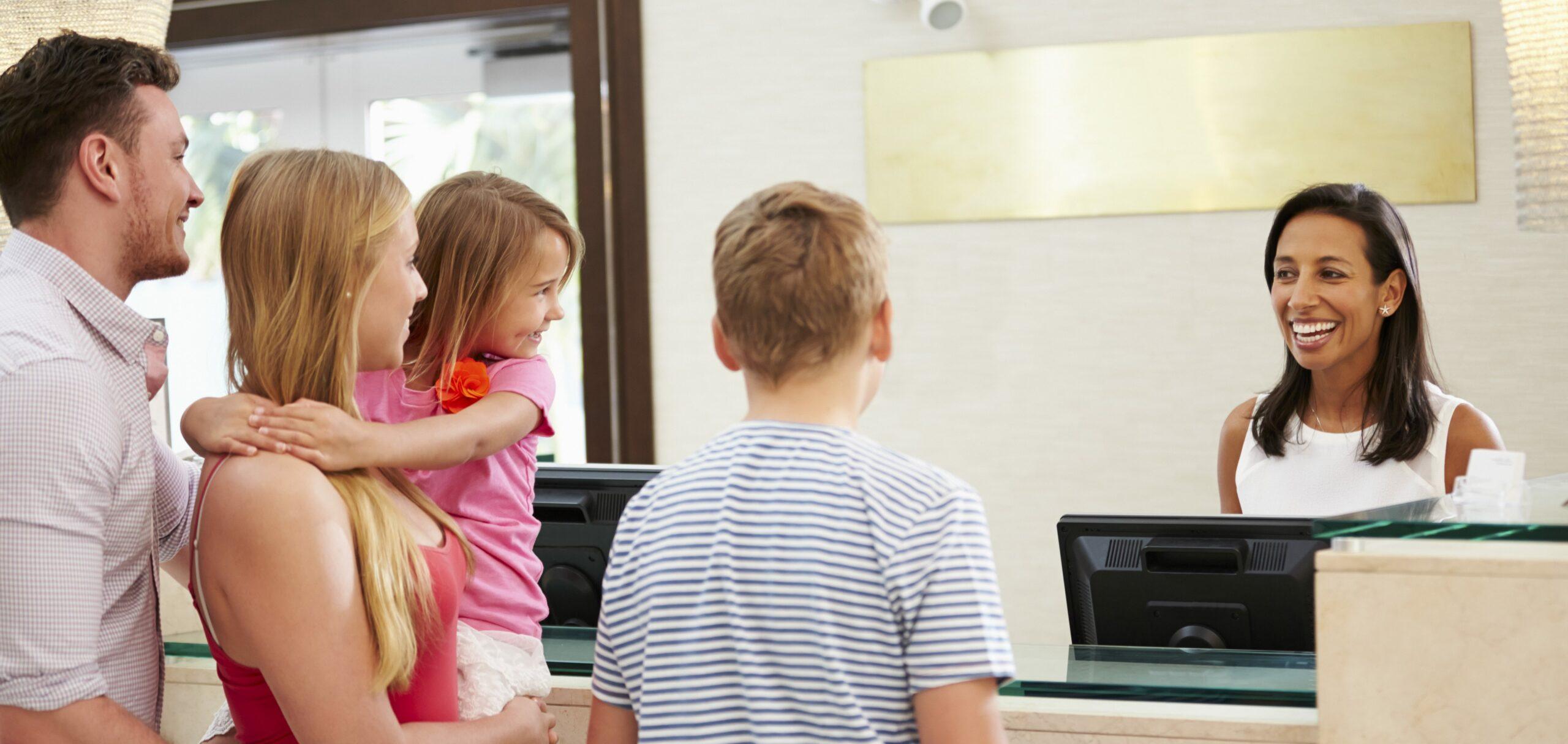 Customer Service là gì? 5 cách tối ưu dịch vụ khách hàng trong ngành bán lẻ