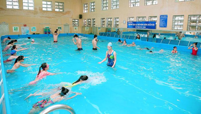 bể bơi đông khách