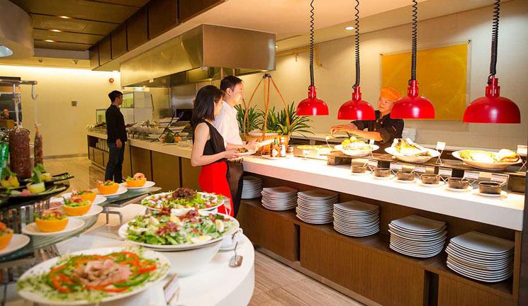 cách thu hút khách hàng đến nhà hàng bằng dịch vụ chu đáo