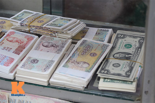 Đổi tiền lẻ tại ngân hàng hoặc các dịch vụ đổi tiền online, cách làm cây tiền thật