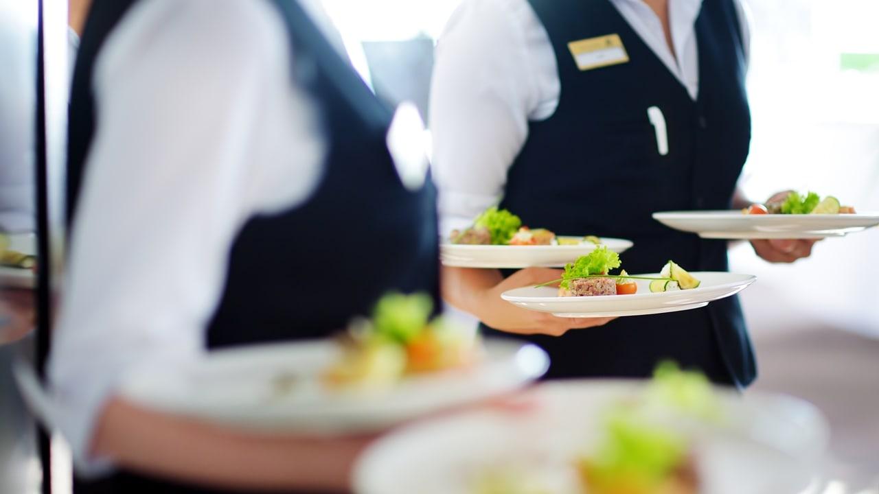 giải quyết phàn nàn của khách hàng trong nhà hàng khi phục vụ món ăn