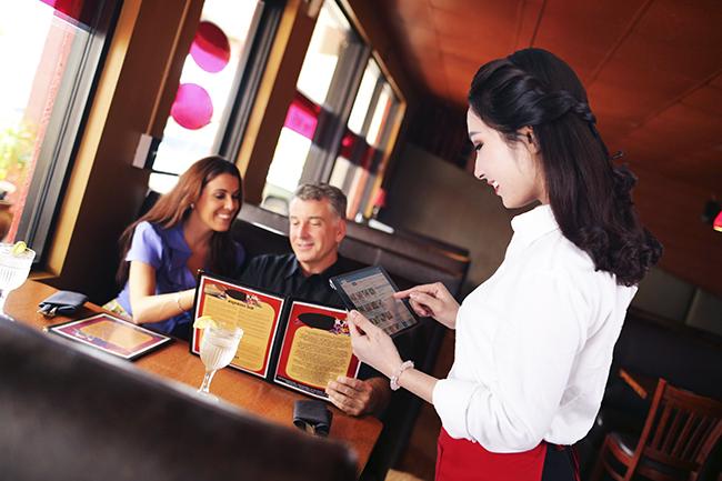nhân viên quán cafe order trên ipad