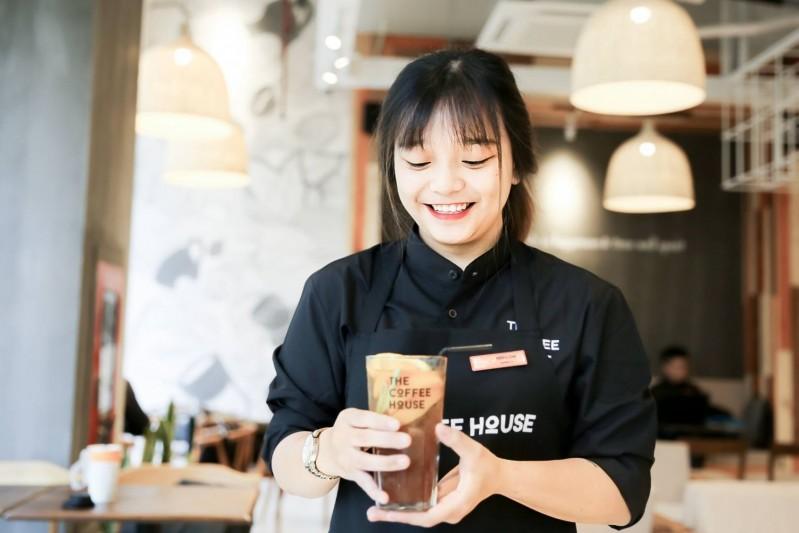 nhân viên phục vụ quán cafe