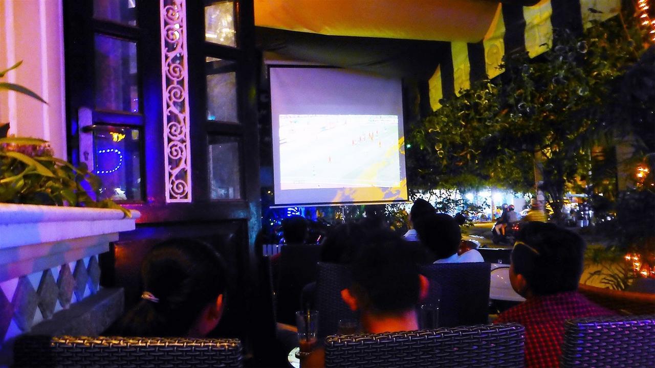 cafe bóng đá đông khách