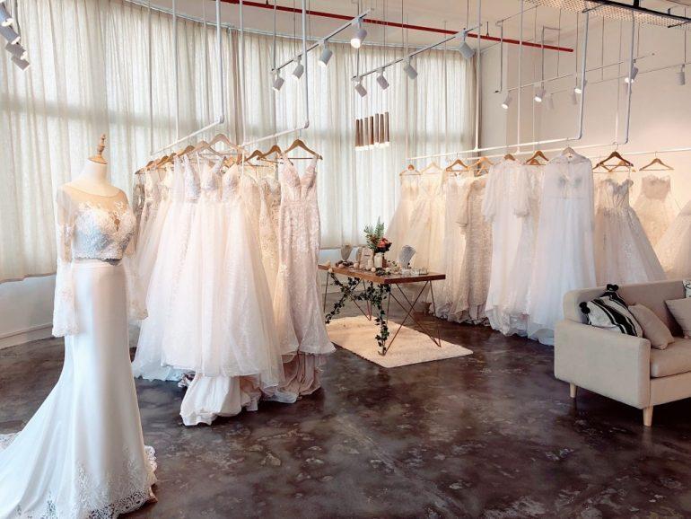 quản lý cửa hàng áo cưới