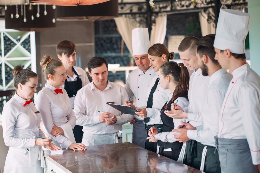 kỹ năng quản lý nhà hàng bao gồm kiểm soát truyền thông