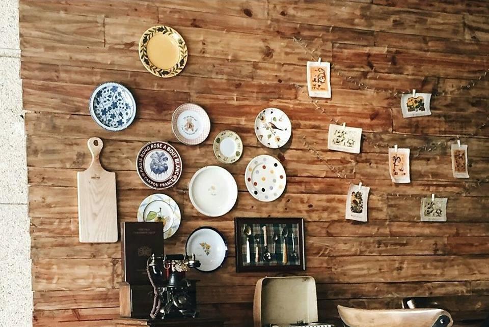 trang trí tường quán cafe bằng bát đĩa