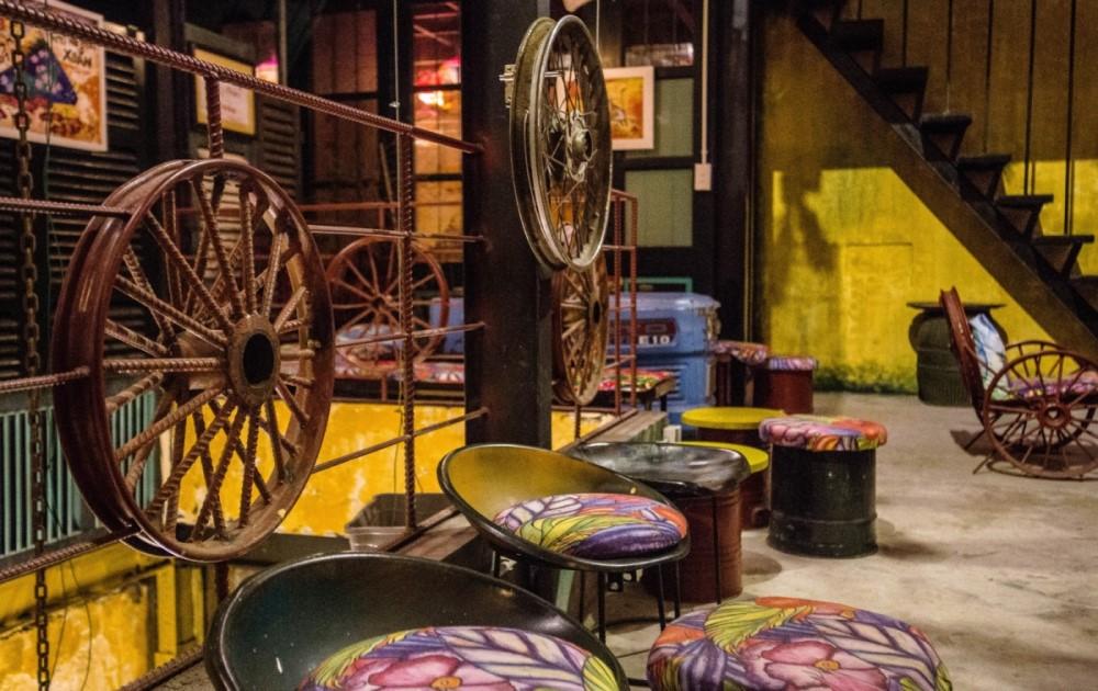 trang trí tường quán cafe bằng xe đạp