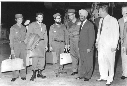 दिल्ली के पालम हवाई अड्डे पर चे गेवारा और उनका दल