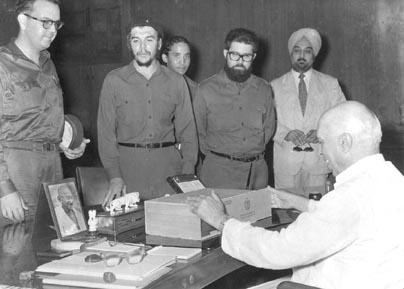चे गेवारा ने प्रधानमंत्री नेहरू को क्यूबा के सिगार का डिब्बा भेंट किया। धूम्रपान के शौकीन नेहरू के चेहरे पर फैली मुस्कान तस्वीर में देखी जा सकती है। नेहरू ने लड़ाके गेवारा को कटारी भेंट की थी। (फोटो: कुंदनलाल)