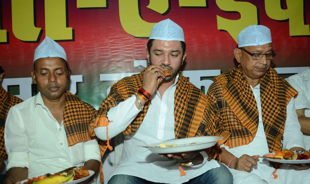 3917d0658f6 Pseudo-secular dress party  See Indian politicians bling it up for their  iftar galas