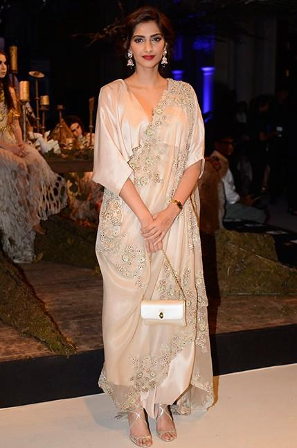 Sonam looked effortlessly chic in an Anamika Khanna ensemble at India Couture Week 2016 - SeenIt