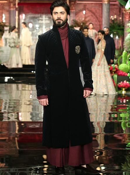 All eyes on Fawad Khan as he walked the ramp for Manish Malhotra's show at ICW 2016 - SeenIt