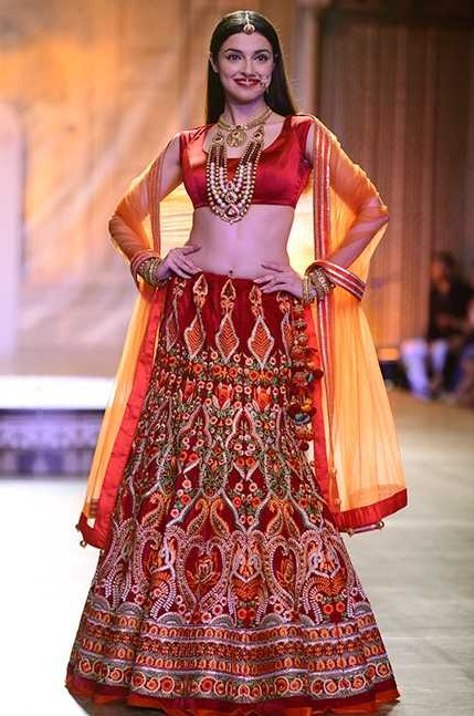 Divya Khosla turned a Rajasthani bride for designer Reynu Taandon's couture show at ICW 2016 - SeenIt