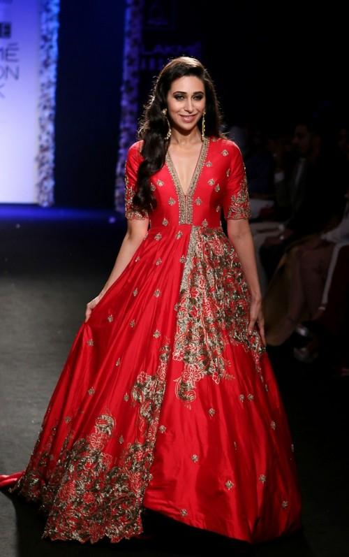 Karishma Kapoor in Architha Narayanam Show at the Lakme India Fashion Week 2016. - SeenIt