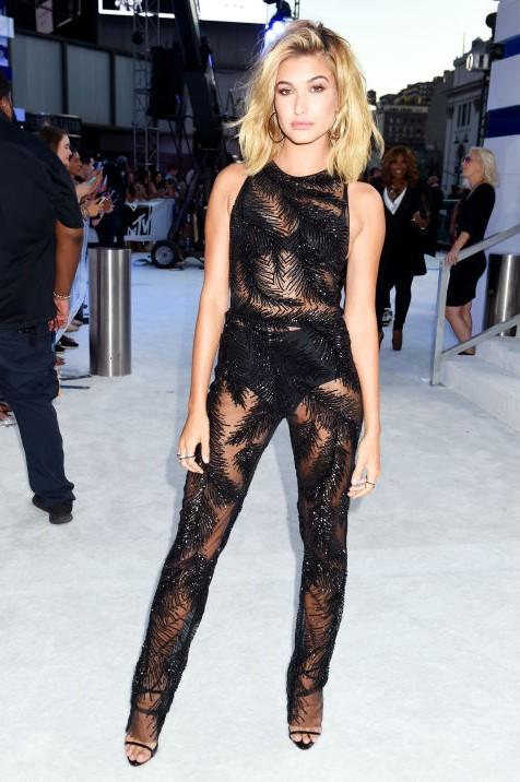 Hailey Baldwin totally wowed in Geoges Chakra at the MTV Video Music Award. - SeenIt