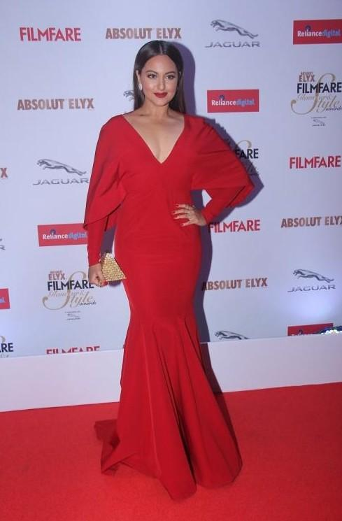 Sonakshi Sinha in Monisha Jaising at the Filmfare Glamour and Style Awards 2015. - SeenIt