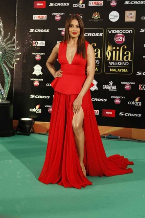 Bipasha Basu in Gauri and Nainika at the IIFA Awards 2015.. - SeenIt