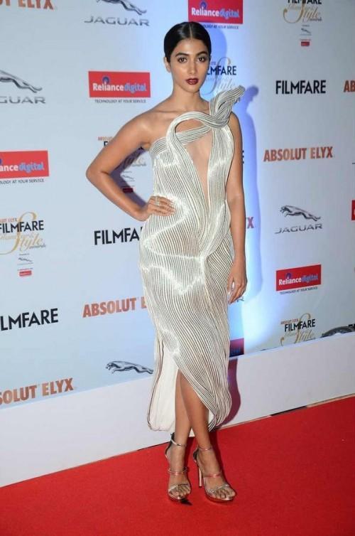 Pooja Hegde in Gaurav Gupta at the Filmfare Glamour And Style Awards 2016. - SeenIt