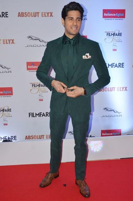 Siddhartha Malhotra in a  Prima Czar suit at the Filmfare Glamour And Style Awards 2016 - SeenIt
