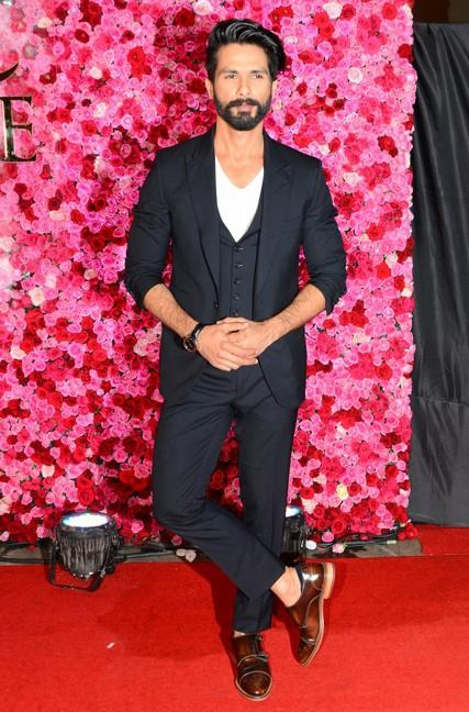 Shahid Kapoor at Lux Golden Rose Awards 2016. - SeenIt