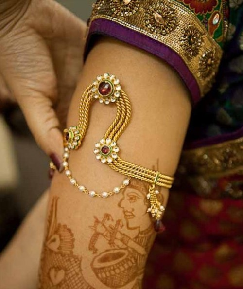 Looking for something similar  to this arm jewellery for the upcoming wedding season! - SeenIt