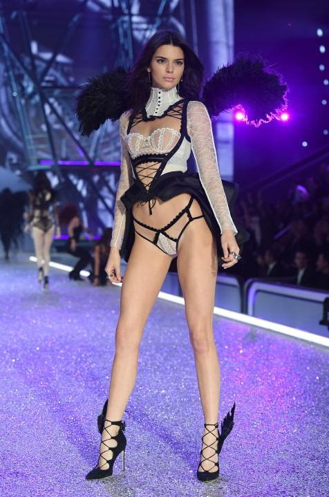 Kendall Jenner stunned everyone in this outfit during Victoria's Secret Fashion Show 2016. - SeenIt
