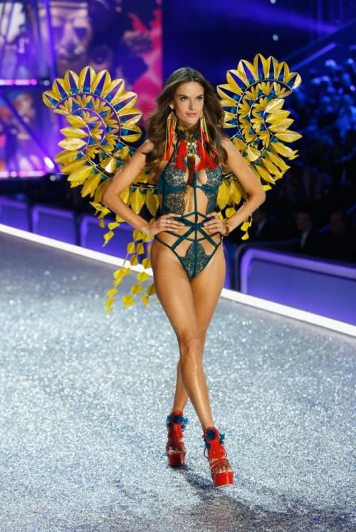 Alessandra Ambrosio nailed the runway look at the 2016 Victoria's Secret Fashion Show. - SeenIt
