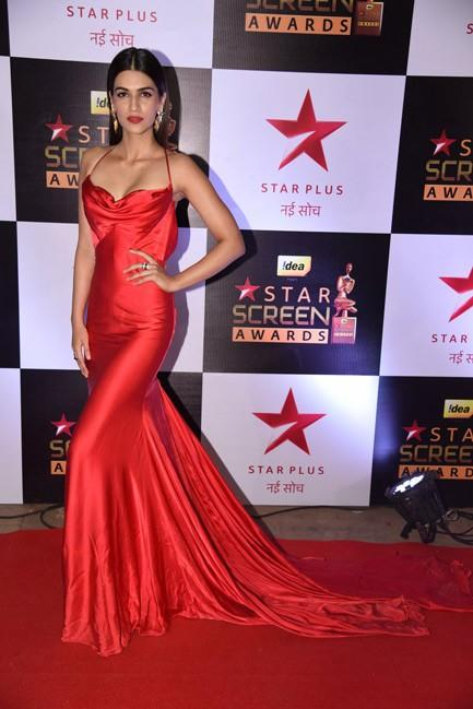 Kriti Sanon looking bold in this Swapnil Shinde gown at the Star Screen Awards 2016. - SeenIt