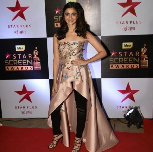 Alia Bhatt in Sachin and Babi at the Star Screen Awards 2016. - SeenIt