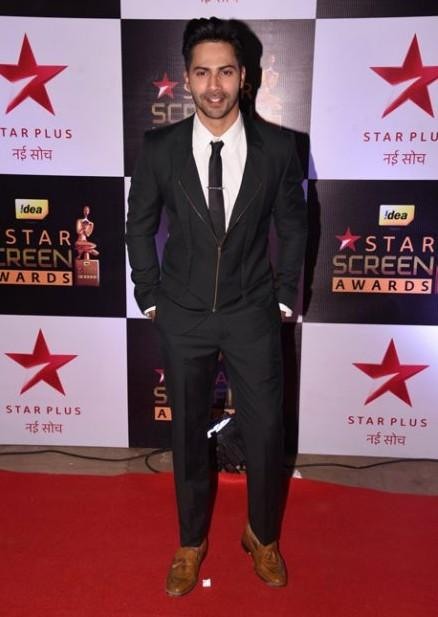 Varun Dhawan gave an informal touch to his formal look during Star Screen Awards 2016. - SeenIt