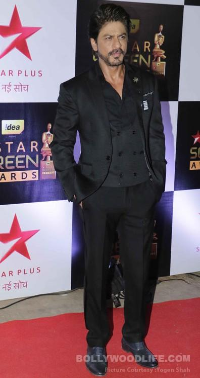 Shahrukh Khan looks classy in all black ensemble at the Star Screen Awards 2016. - SeenIt