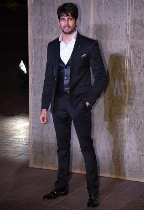 In formals, Sidharth looked all classy and handsome at Manish's B'day Bash. - SeenIt