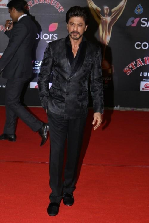 Evergreen Shahrukh Khan in all black outfit at the Stardust Awards 2016. - SeenIt