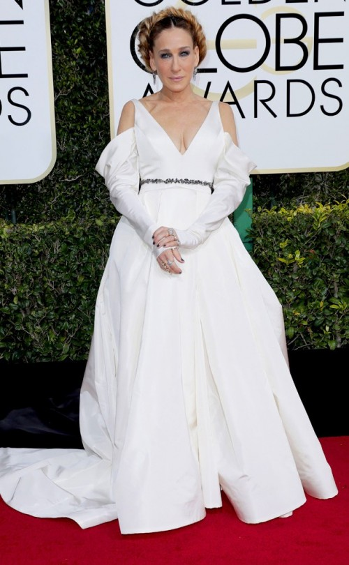 Sarah Jessica Parker in Vera Wang white cold shoulder gown at the Golden Globe Awards 2017. - SeenIt