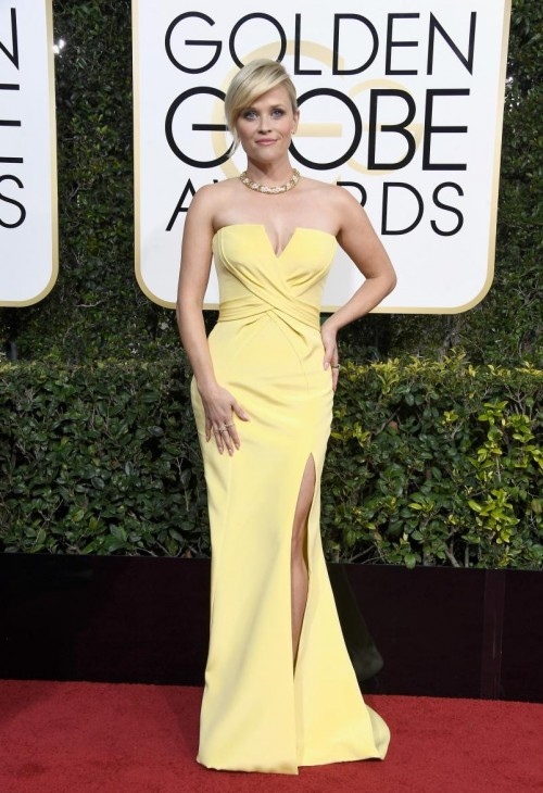 Reese Witherspoon in a beautiful pale yellow Varsace gown at the Golden Globe Awards 2017. - SeenIt