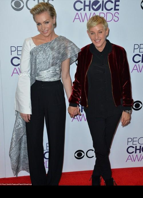 Ellen DeGeneres posed with her spouse Portia at the People's Choice Awards 2017. - SeenIt