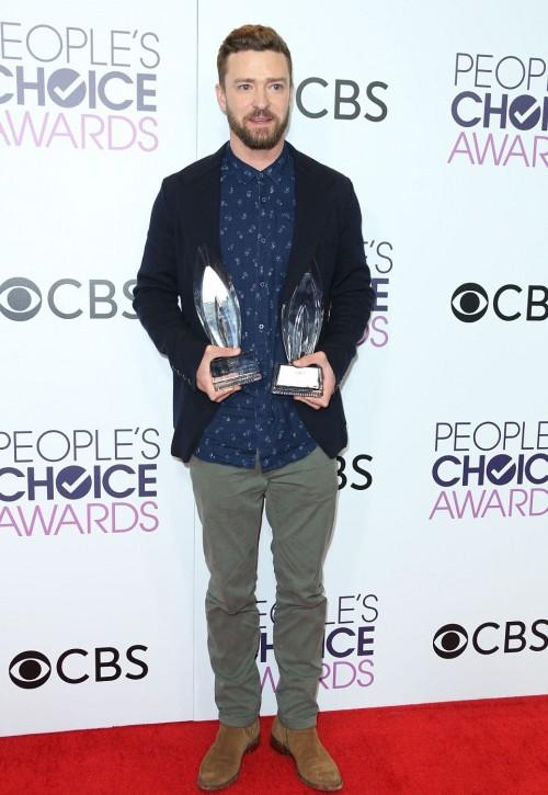 Justin posed with his awards in a casual outfit at the People's Choice Awards 2017. - SeenIt