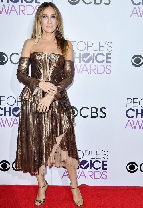 Sarah in a stunning metallic dress paired with peep toes at the People's Choice Awards 2017. - SeenIt