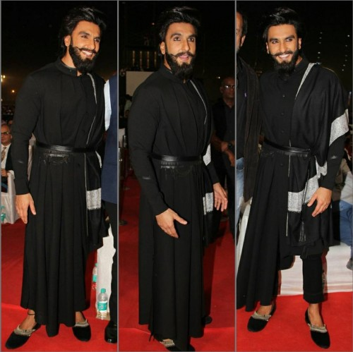It was his kohled eyes that grabbed everyone's attention. Ranveer at the Umang Awards 2017. - SeenIt