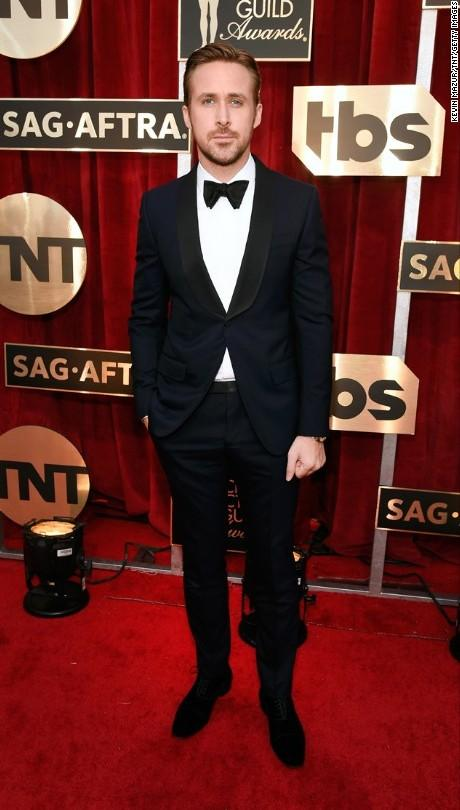 Handsome as ever! Ryan Gosling in a navy blue suit at the SAG Awards 2017. - SeenIt