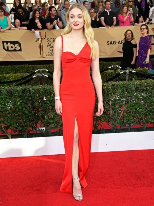 Sophie Turner looked smoking hot in Louis Vuitton red slit gown at the SAG Awards 2017. - SeenIt