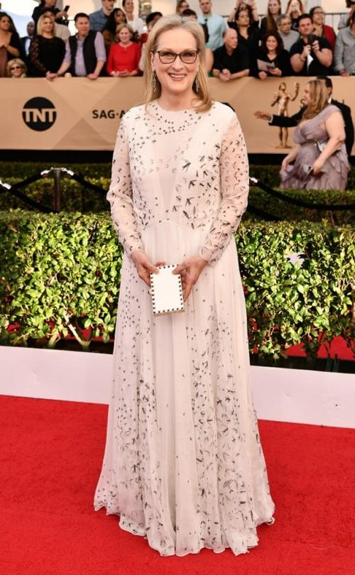 Maryl Streep inValentino off white gown at the SAG Awards 2017. - SeenIt