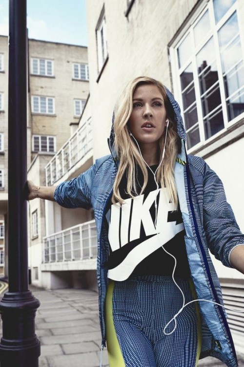 Ellie Goulding pulls of a casual black Nike tshirt like no-one else - SeenIt