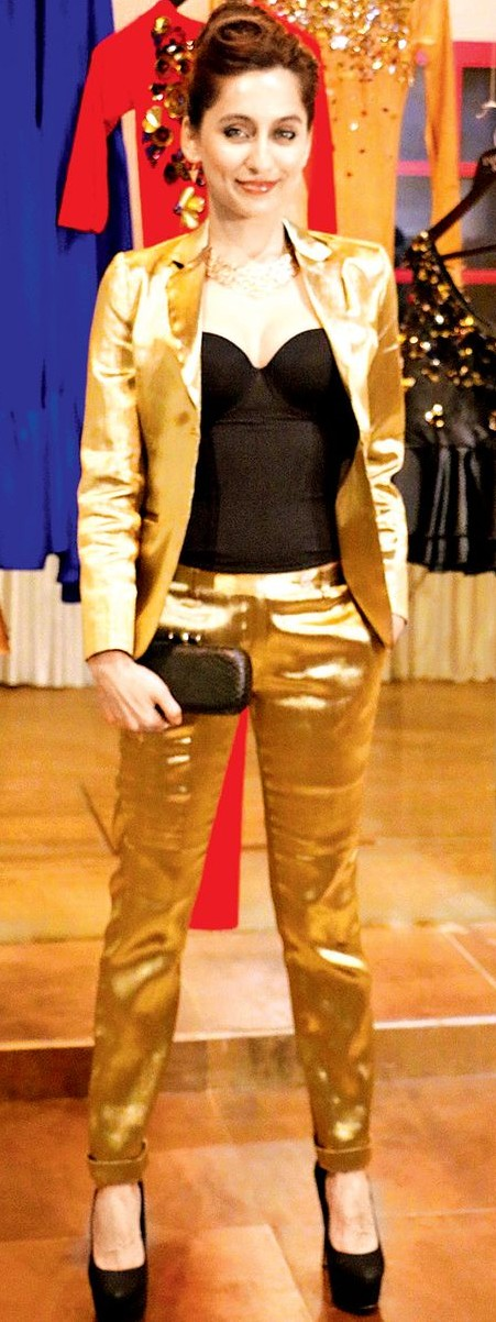 Need the golden blazer and trousers that Vj Anusha is wearing. Any leads? - SeenIt