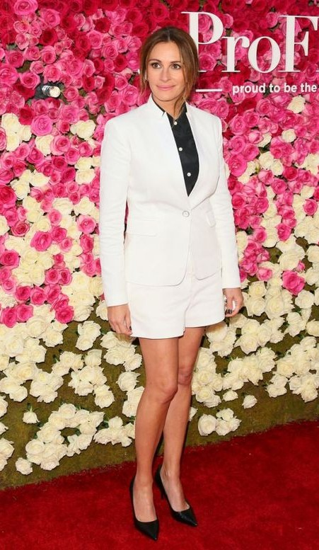 Want everything that Julia Roberts is wearing. White blazer, white shorts, black shirt and black pumps. - SeenIt