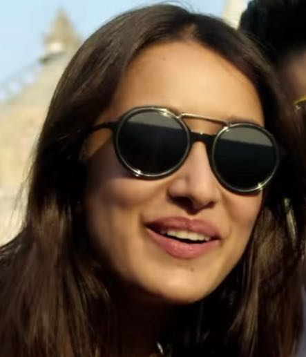 Want the black sunglasses - SeenIt
